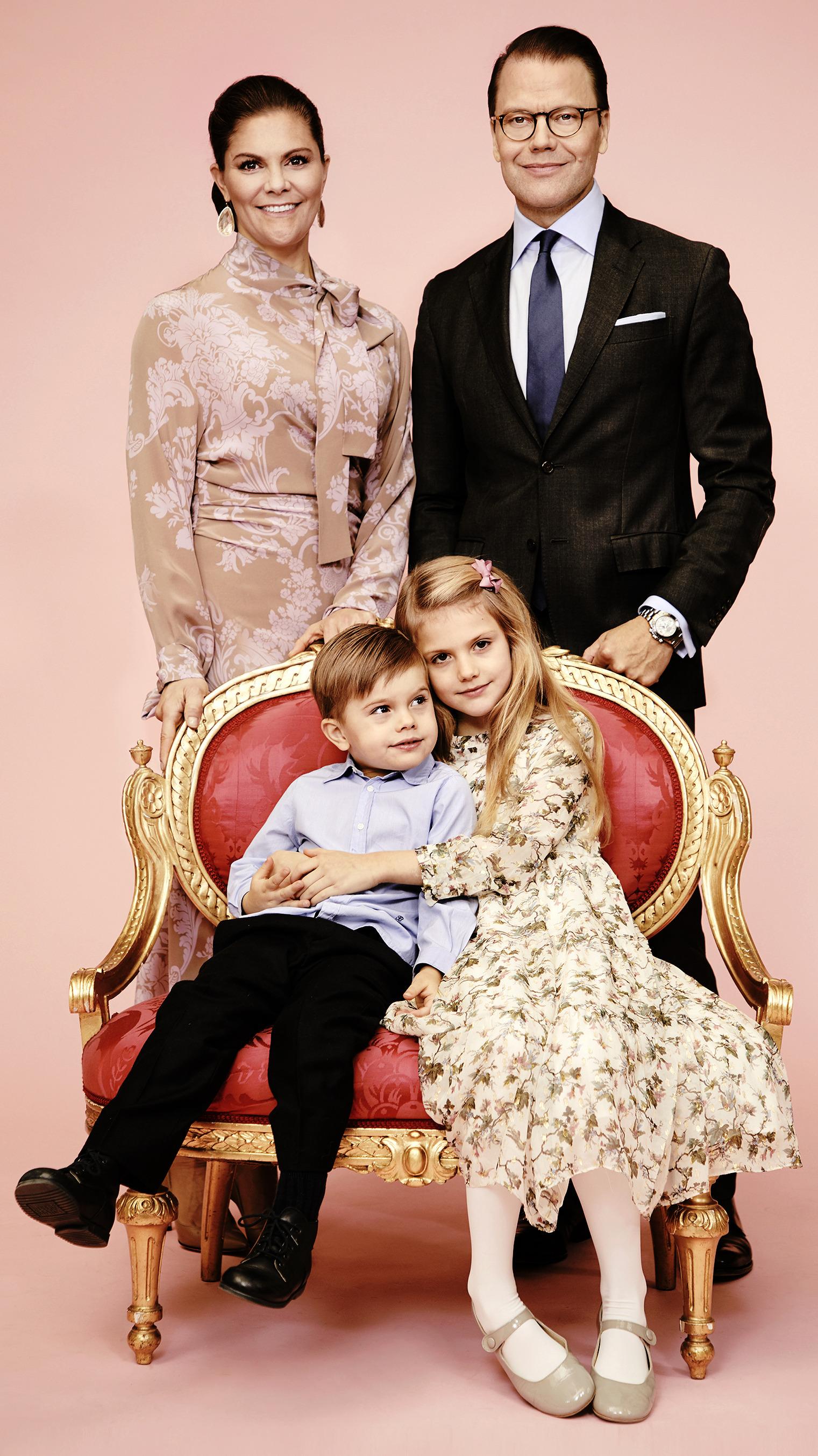 Công chúa Estelle mặc đầm hoa, chụp ảnh cùng gia đình
