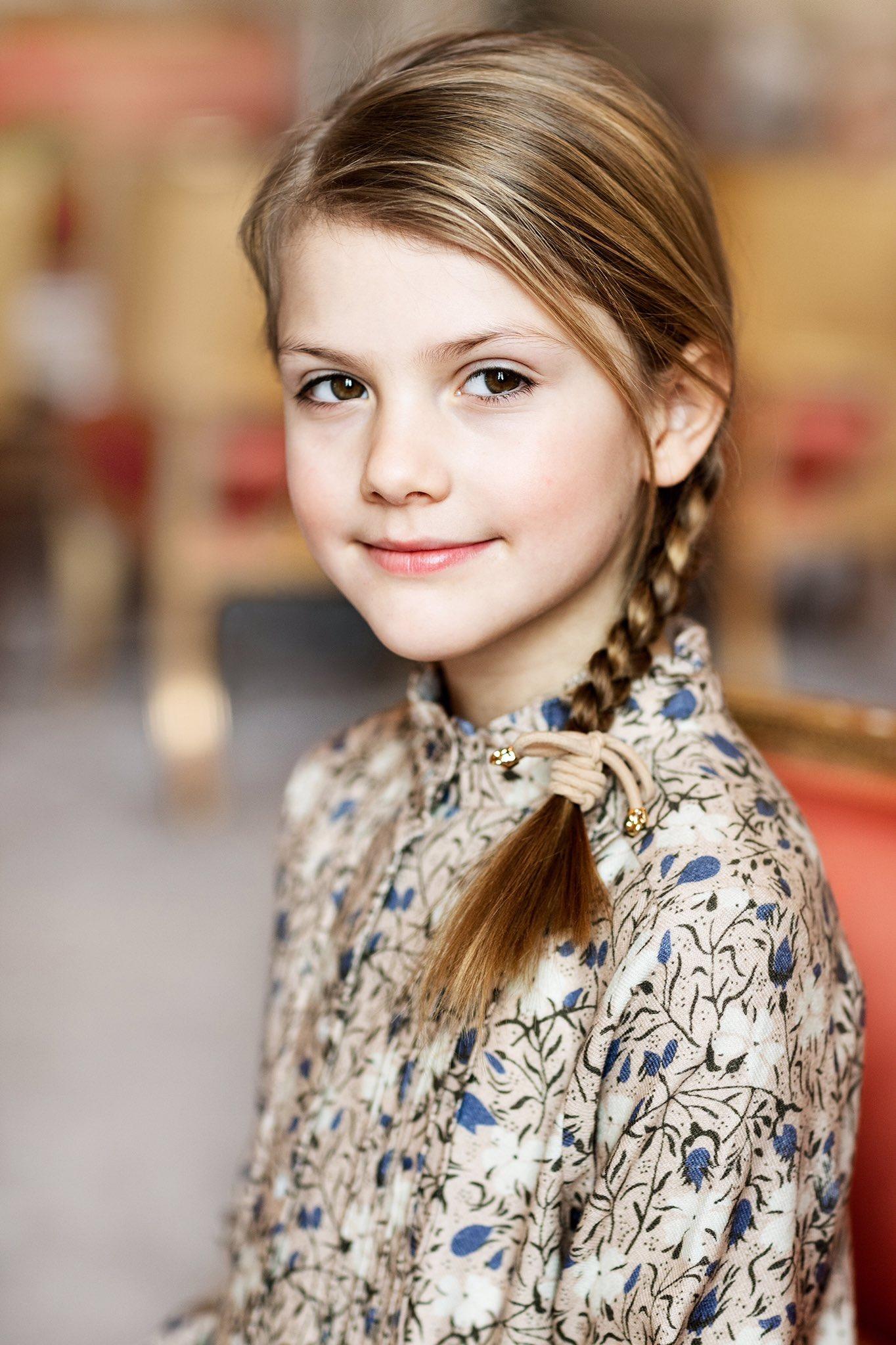 Tiểu công chúa Estelle mặc đầm hoa, tết tóc xinh xắn