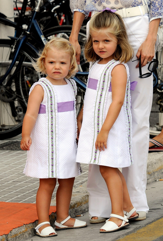 Tiểu công chúa Leonor và Sofia mặc đầm trắng viền tím