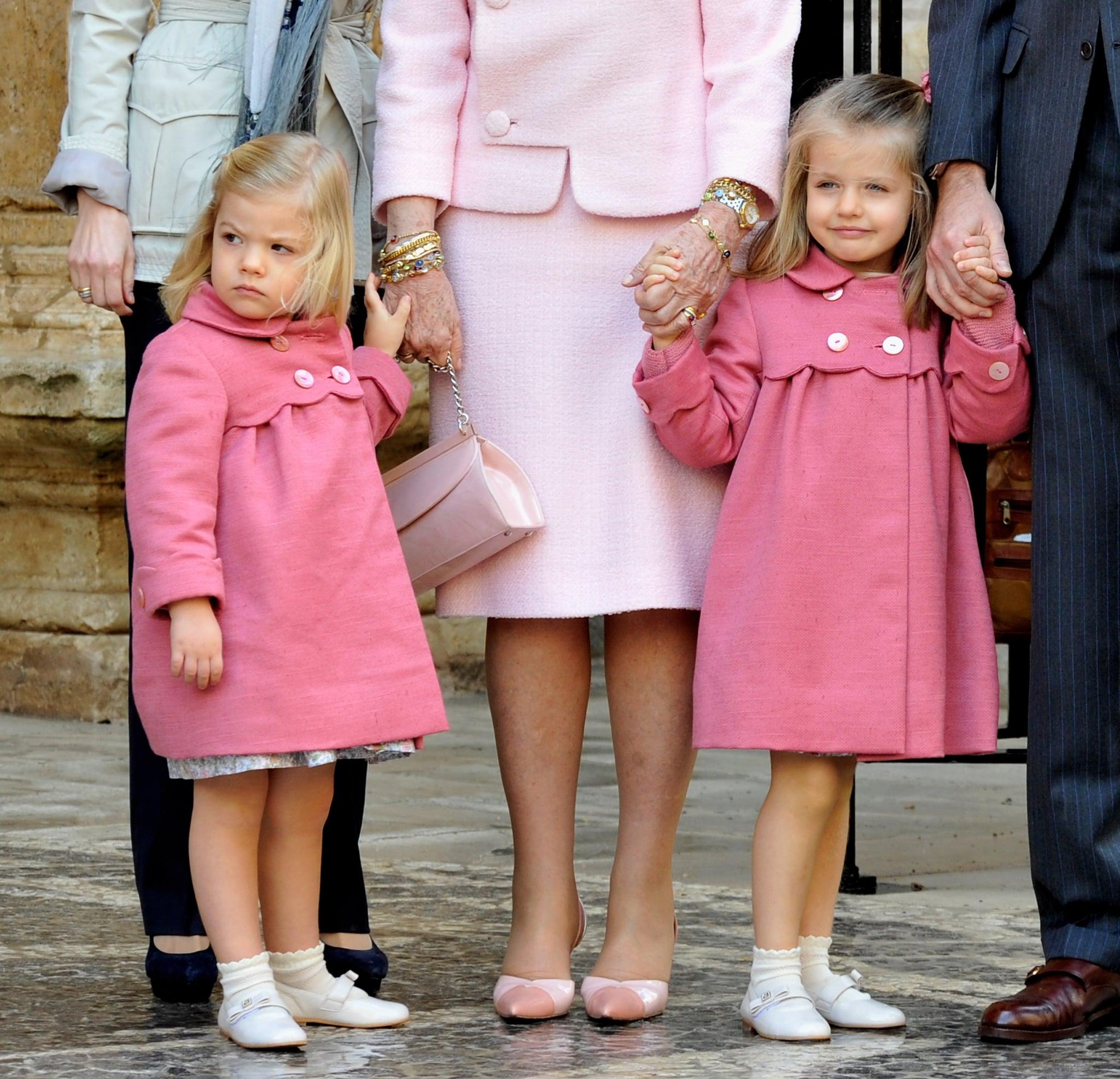 Tiểu công chúa Leonor và Sofia mặc đầm màu hồng