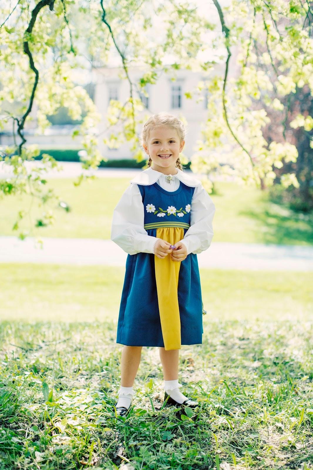 Tiểu công chúa Estelle mặc đầm truyền thống Thụy Điển