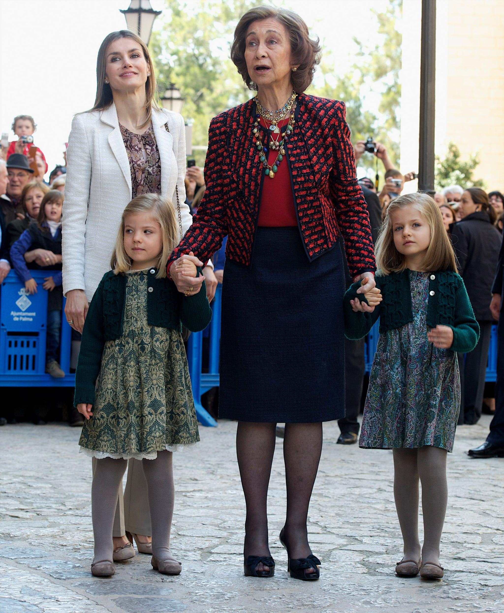 Tiểu công chúa Leonor và Sofia mặc đầm in hoa tối màu