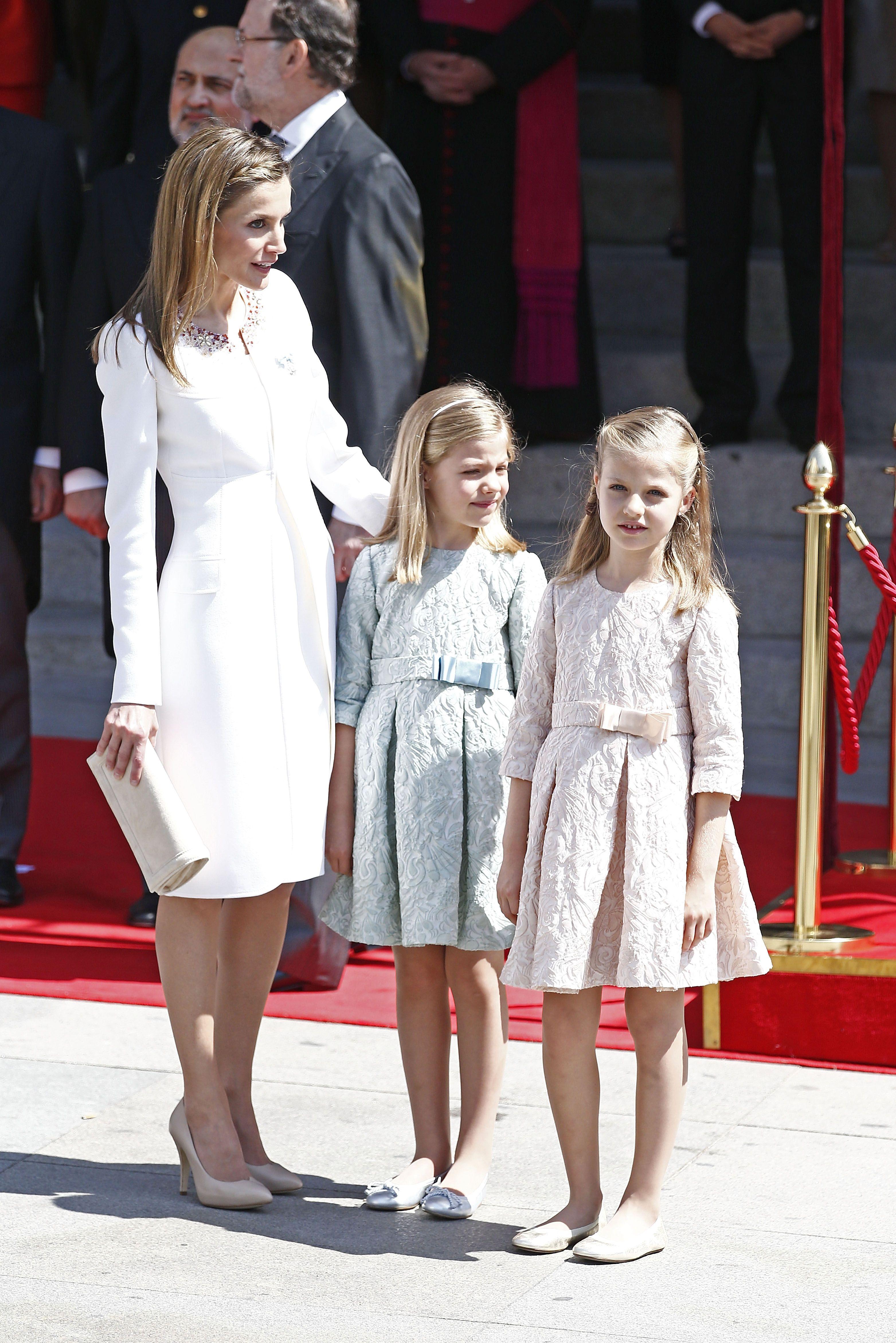 Tiểu công chúa Leonor và Sofia mặc đầm màu pastel