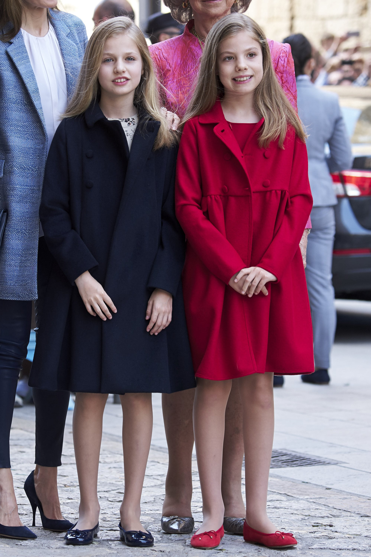 Tiểu công chúa Sofia và Leonor mặc trang phục trơn màu