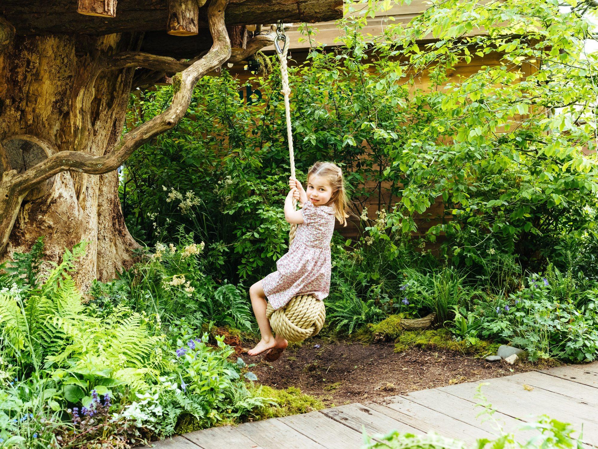 Tiểu công chúa Charlotte mặc đầm hoa nhí, chơi đánh đu
