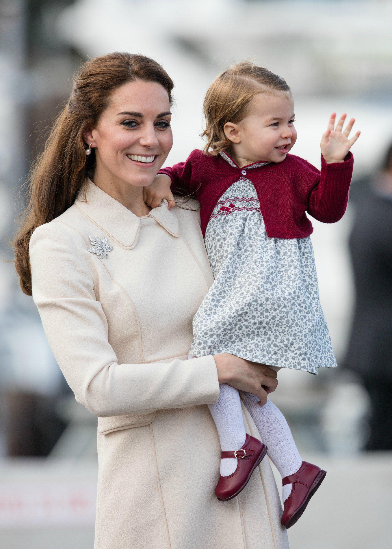 Tiểu công chúa Charlotte mặc đầm hoa, áo khoác đỏ đô cùng công nương Kate Middleton