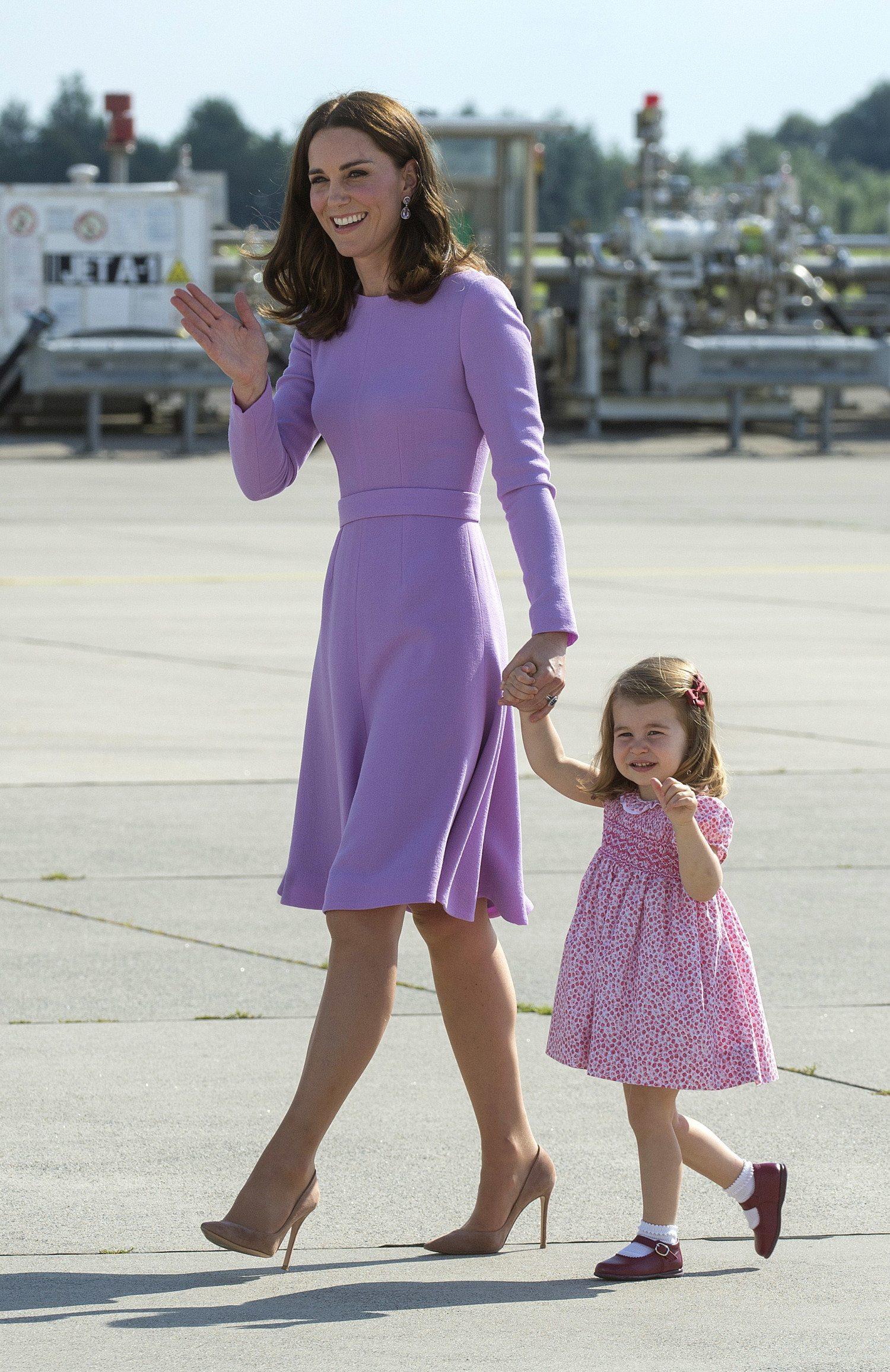 Tiểu công chúa Charlotte mặc đầm hoa màu hồng