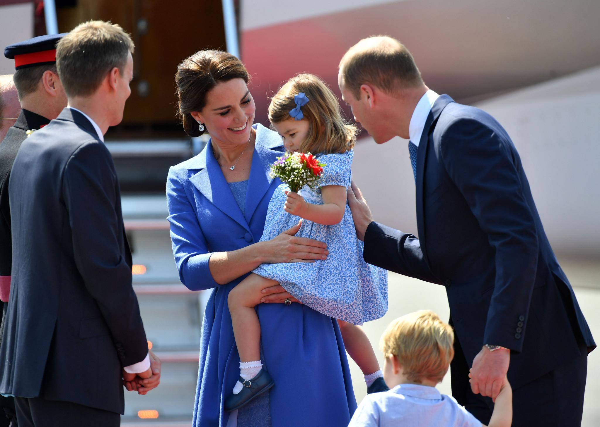 Tiểu công chúa Charlotte và công nương Kate Middleton mặc đồ màu xanh dương
