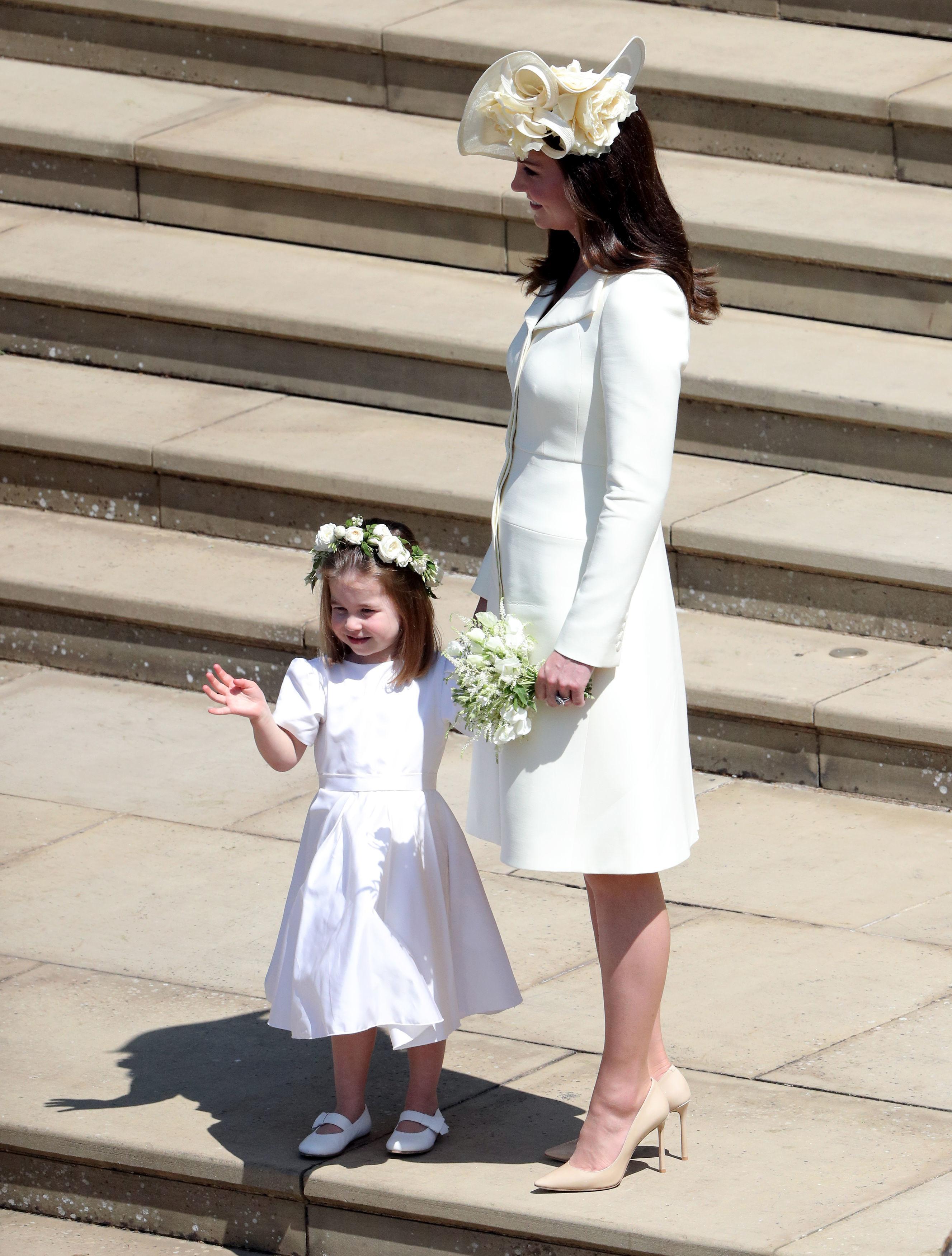 Tiểu công chúa Charlotte và công nương Kate Middleton diện trang phục trắng