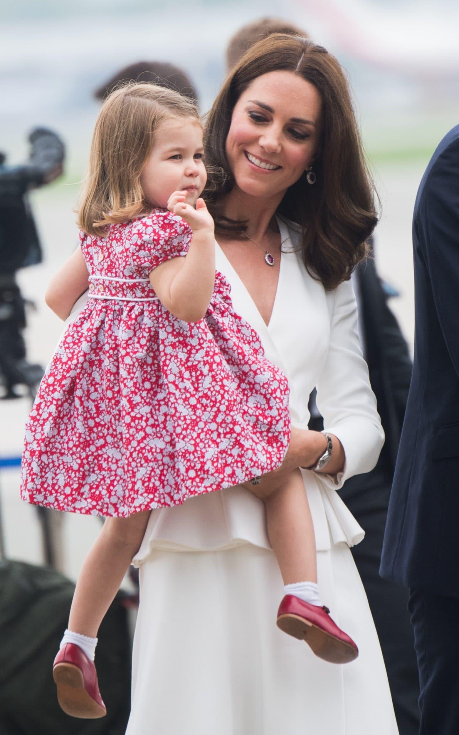Tiểu công chúa Charlotte mặc đầm hoa nhí màu đỏ