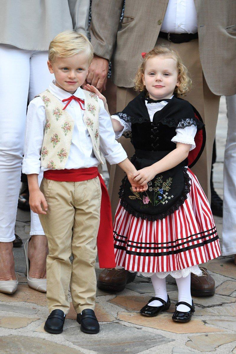 Tiểu công chúa Gabriella mặc trang phục truyền thống của Monaco