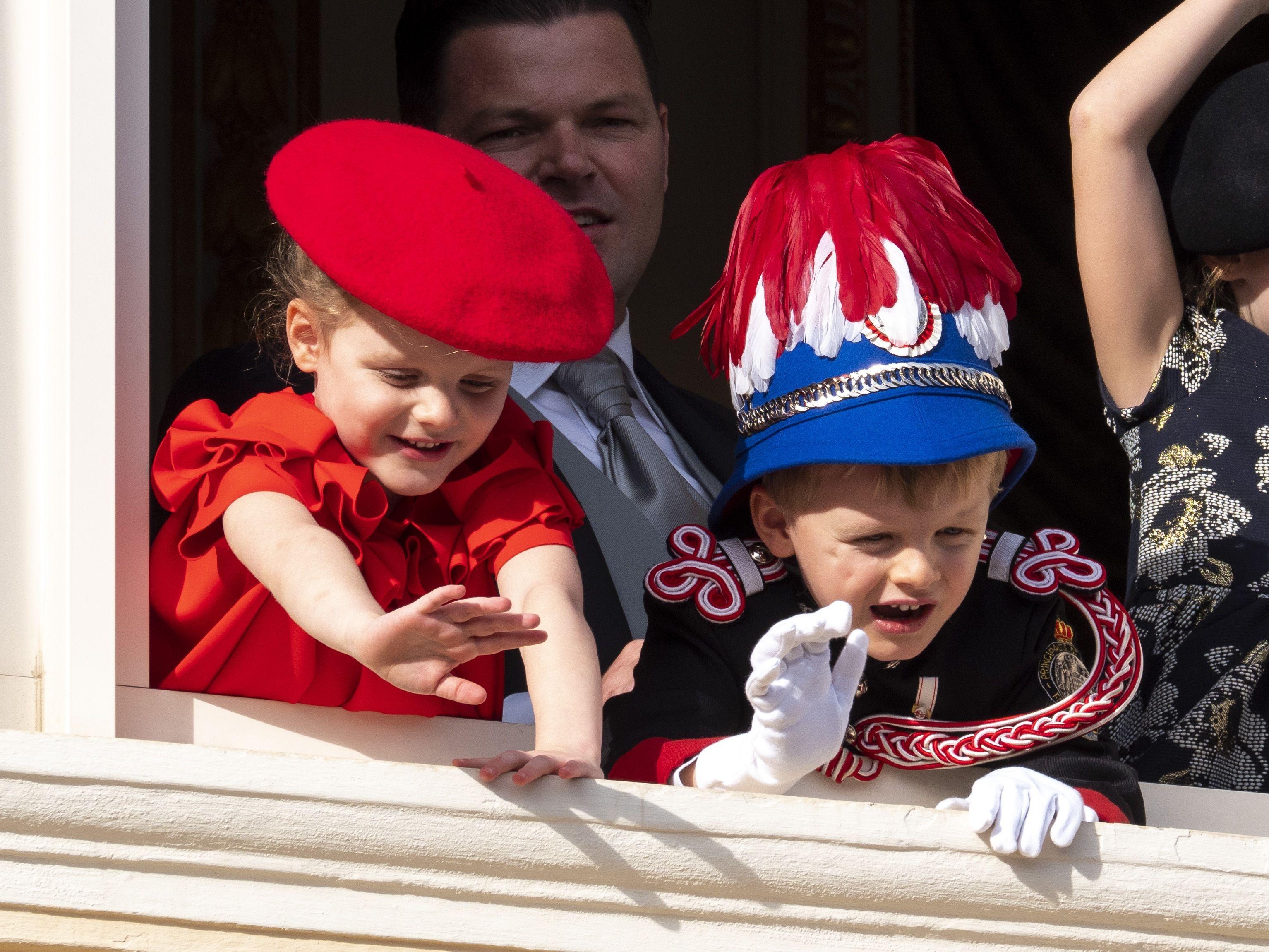 Tiểu công chúa Gabriella mặc trang phục màu đỏ
