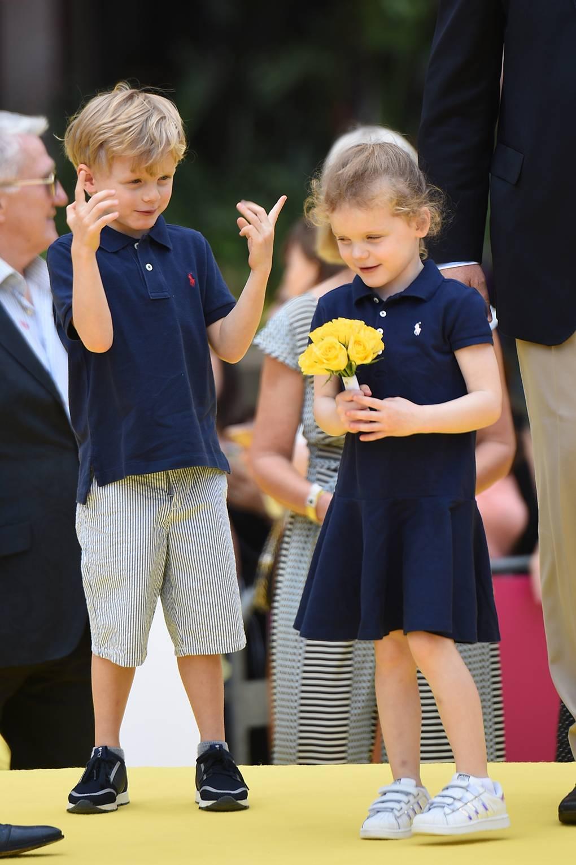 Tiểu công chúa Gabriella mặc đầm xanh navy mang giày thể thao