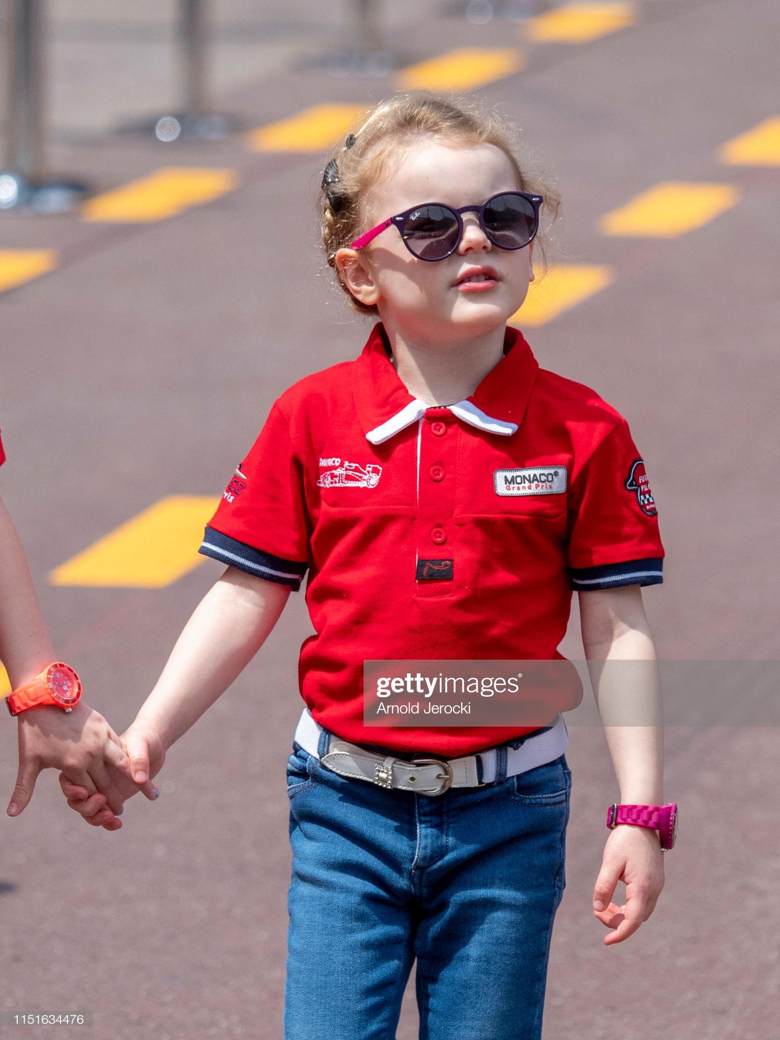 Tiểu công chúa Gabriella mặc áo thun đỏ và quần jeans