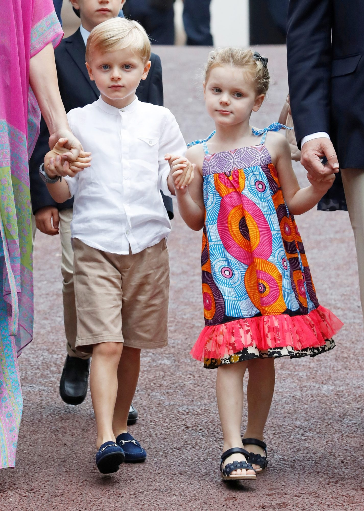 Tiểu công chúa Gabriella mặc đầm dây họa tiết và mang giày sandals