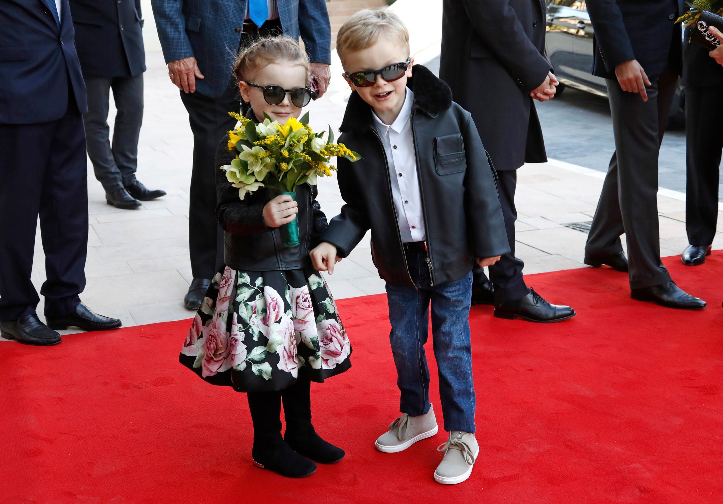 Tiểu công chúa Gabriella mặc váy hoa, đeo kính đen