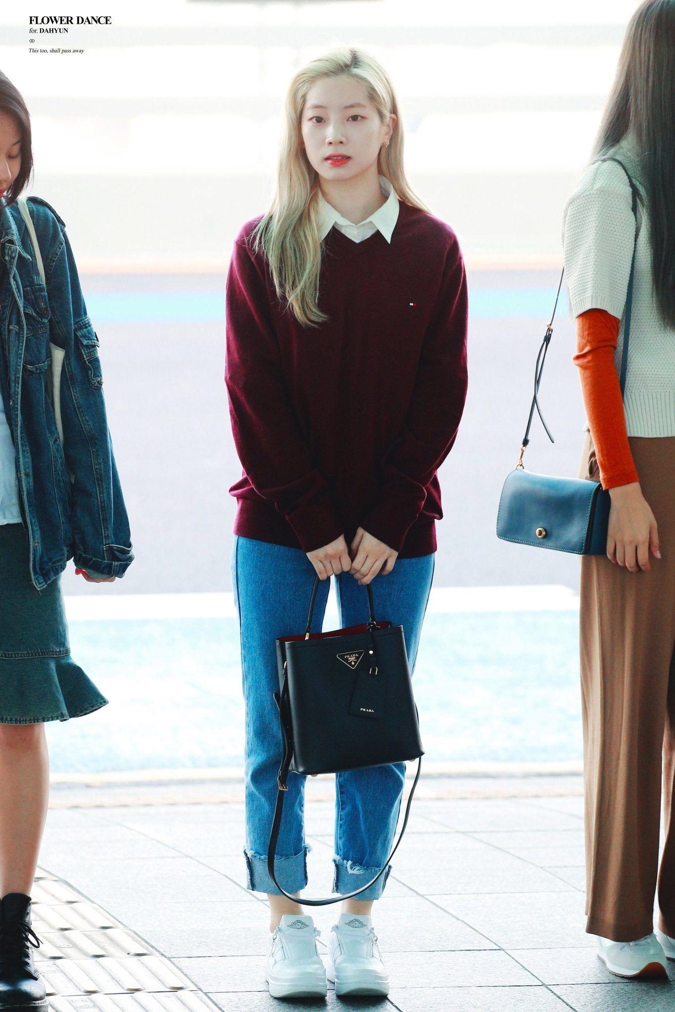 dahyung mặc quần baggy áo len đỏ phong cách preppy