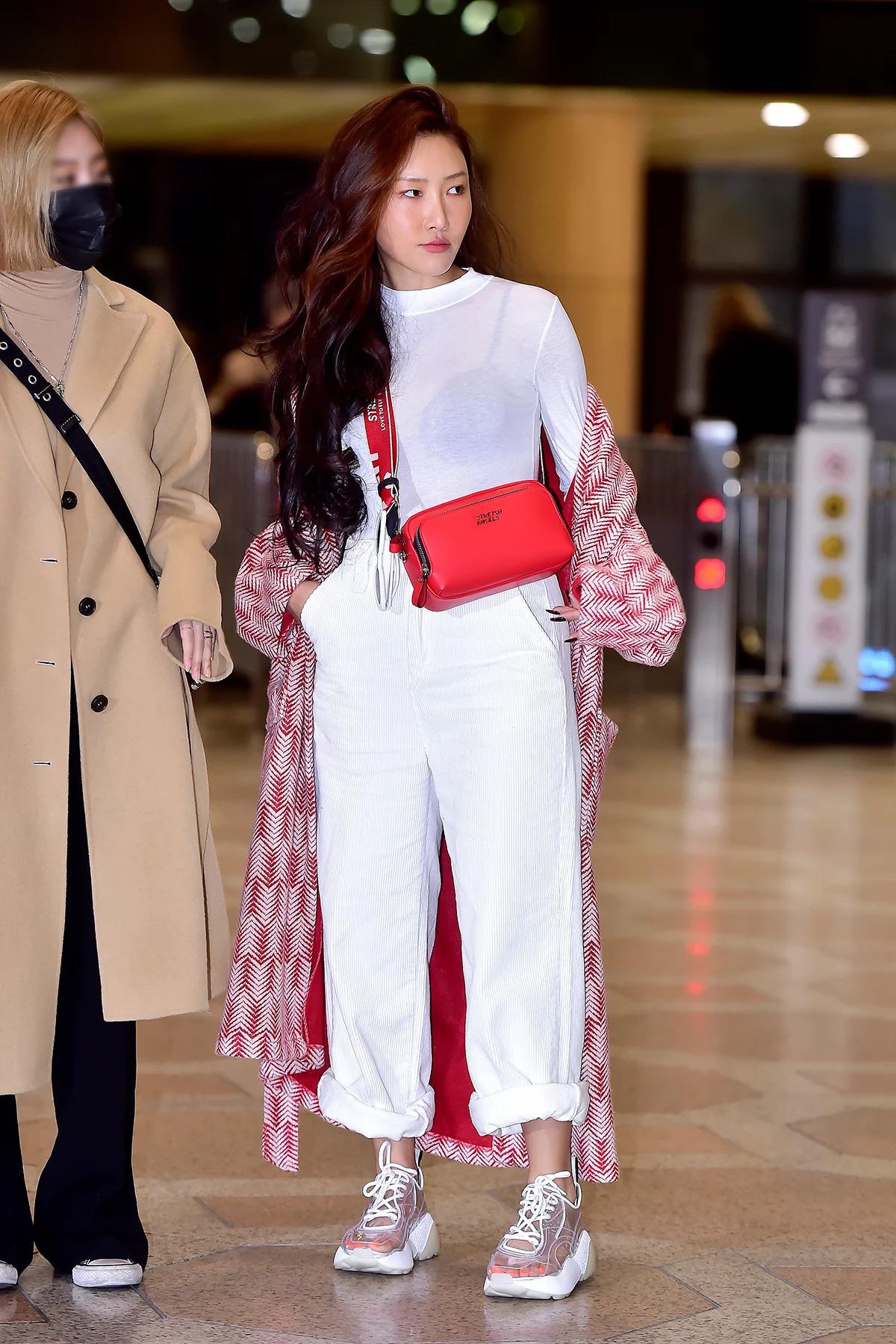 hwasa mặc quần baggy trắng áo tay dài xuyên thấu