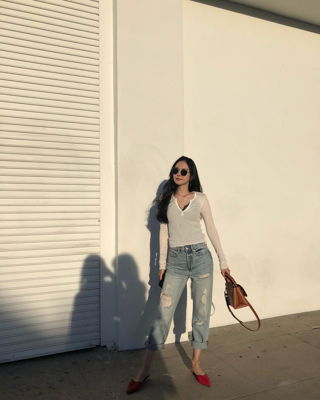 naeun mặc quần baggy denim áo trắng tay dài