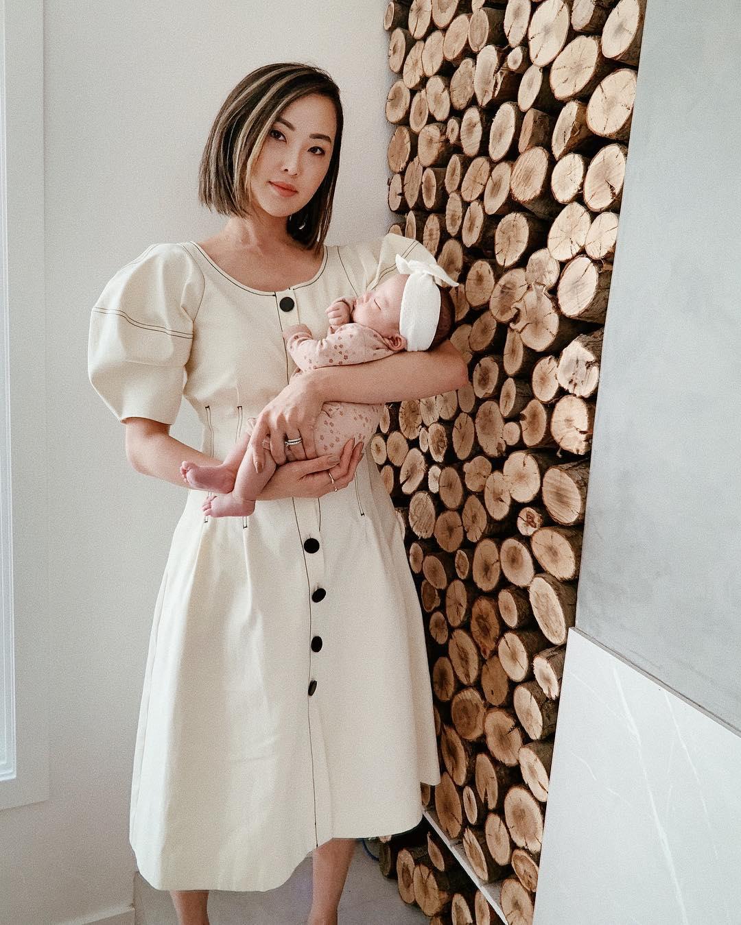 Trang phục ở nhà của Chriselle Lim với đầm tay phồng màu trắng