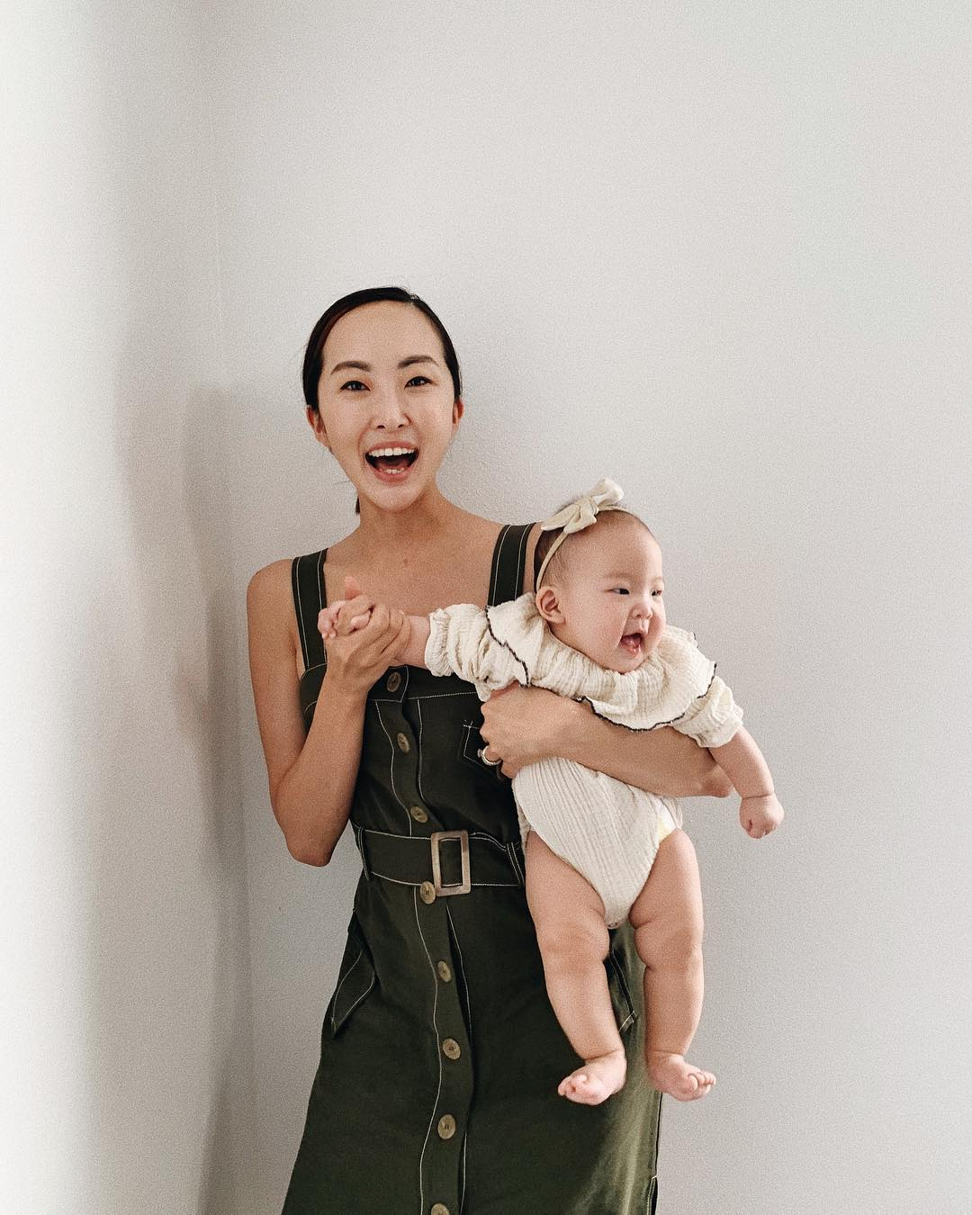 Chriselle Lim mặc trang phục ở nhà với áo đầm hai dây tối màu