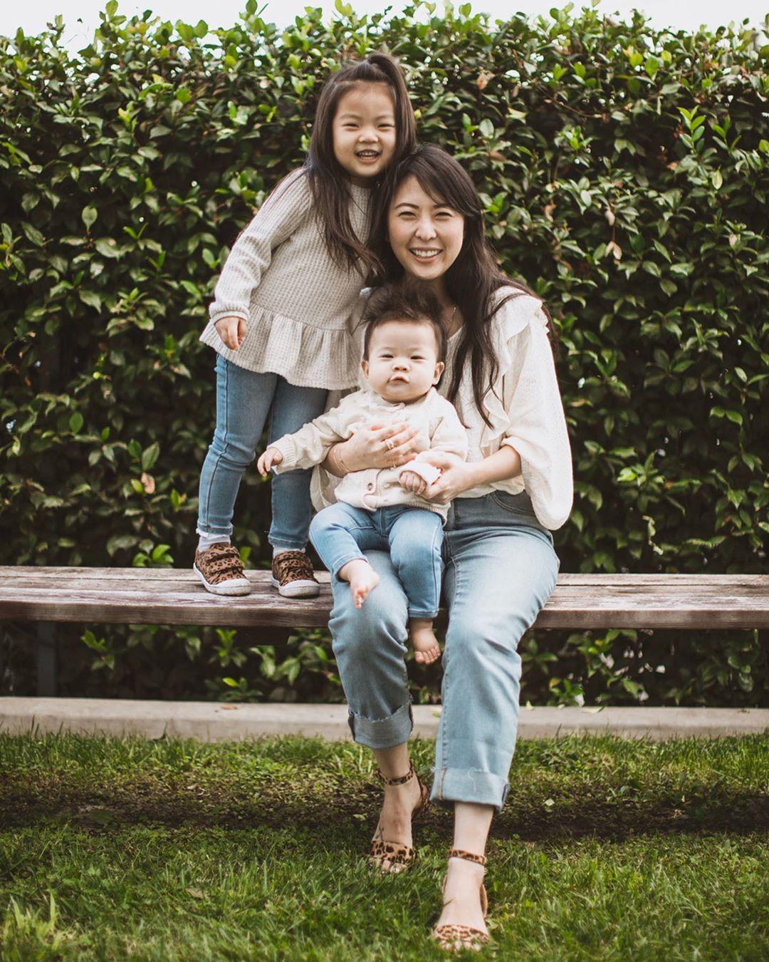 Laura Izumikawa mặc trang phục ở nhà áo sơ mi trắng và quần jeans