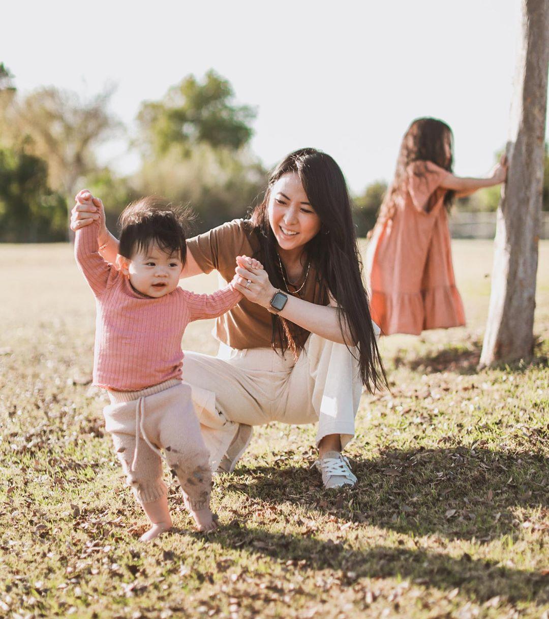 Laura Izumikawa mặc trang phục ở nhà với áo thun nâu và quần suông màu trắng
