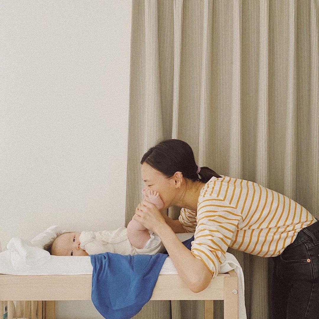 Sohee Kong mặc trang phục ở nhà chăm con với áo thun kẻ sọc vàng và quần jeans