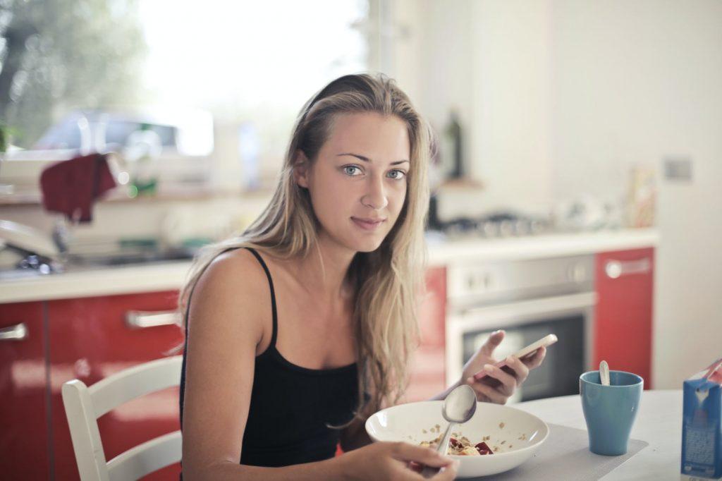 Chế độ ăn kiêng giảm cân-Cô gái ngồi ăn.