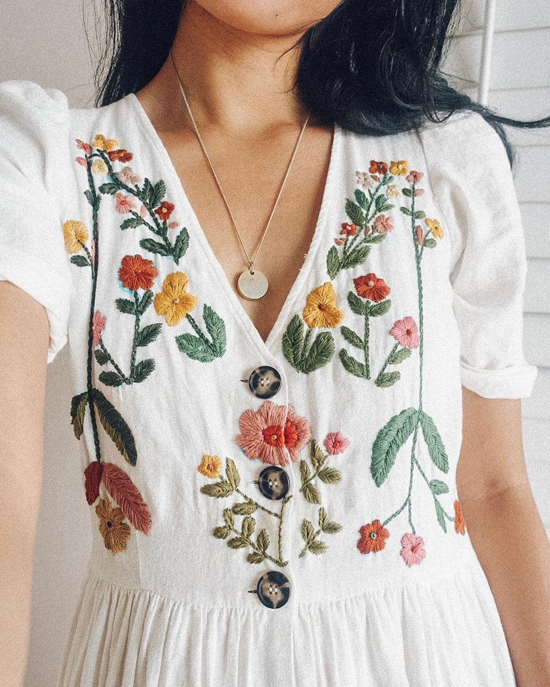 đầm trắng thêu tay hoa lá