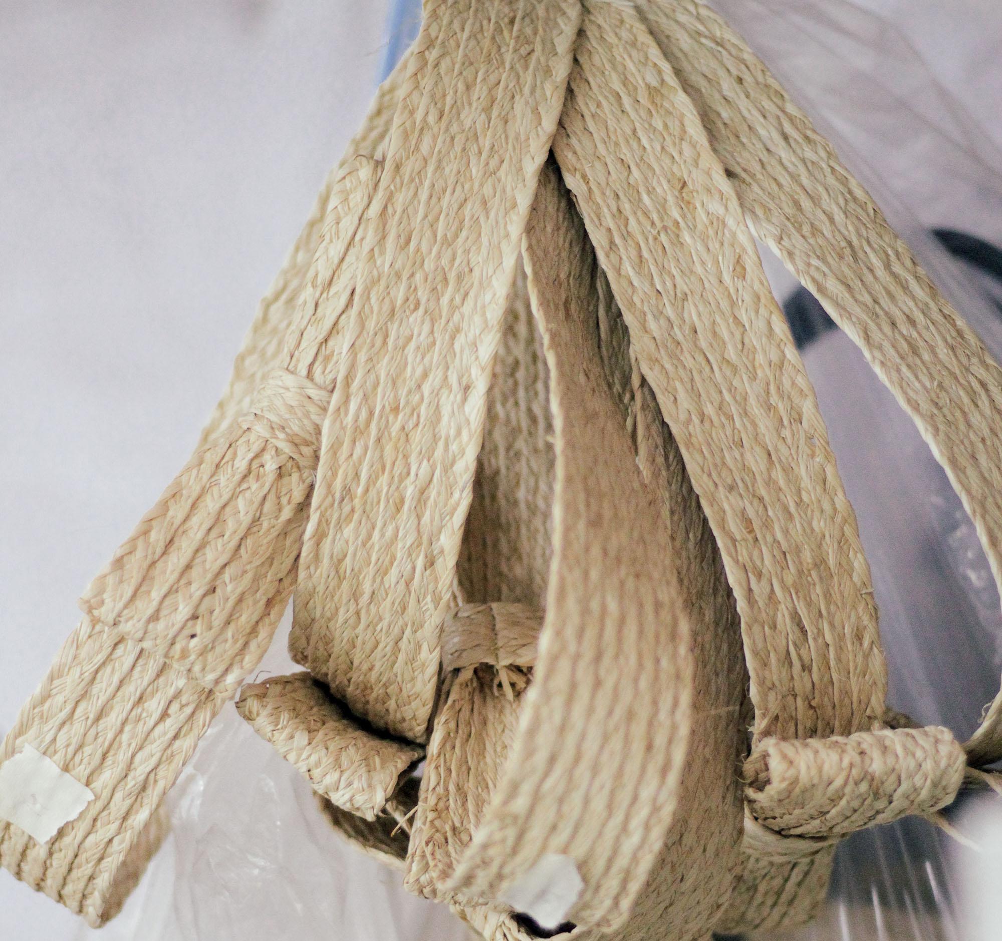 Leinné những sợi raffia được bện nhuyễn