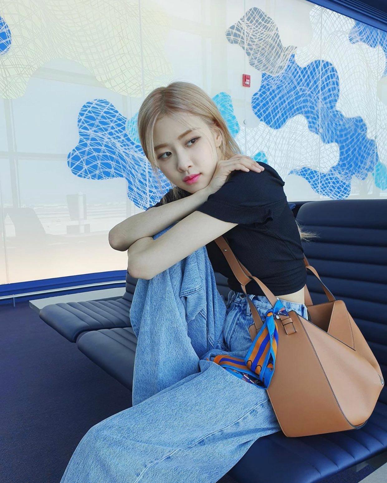 Sao Hàn Rose mặc quần jeans, áo thun đen, đeo túi nâu