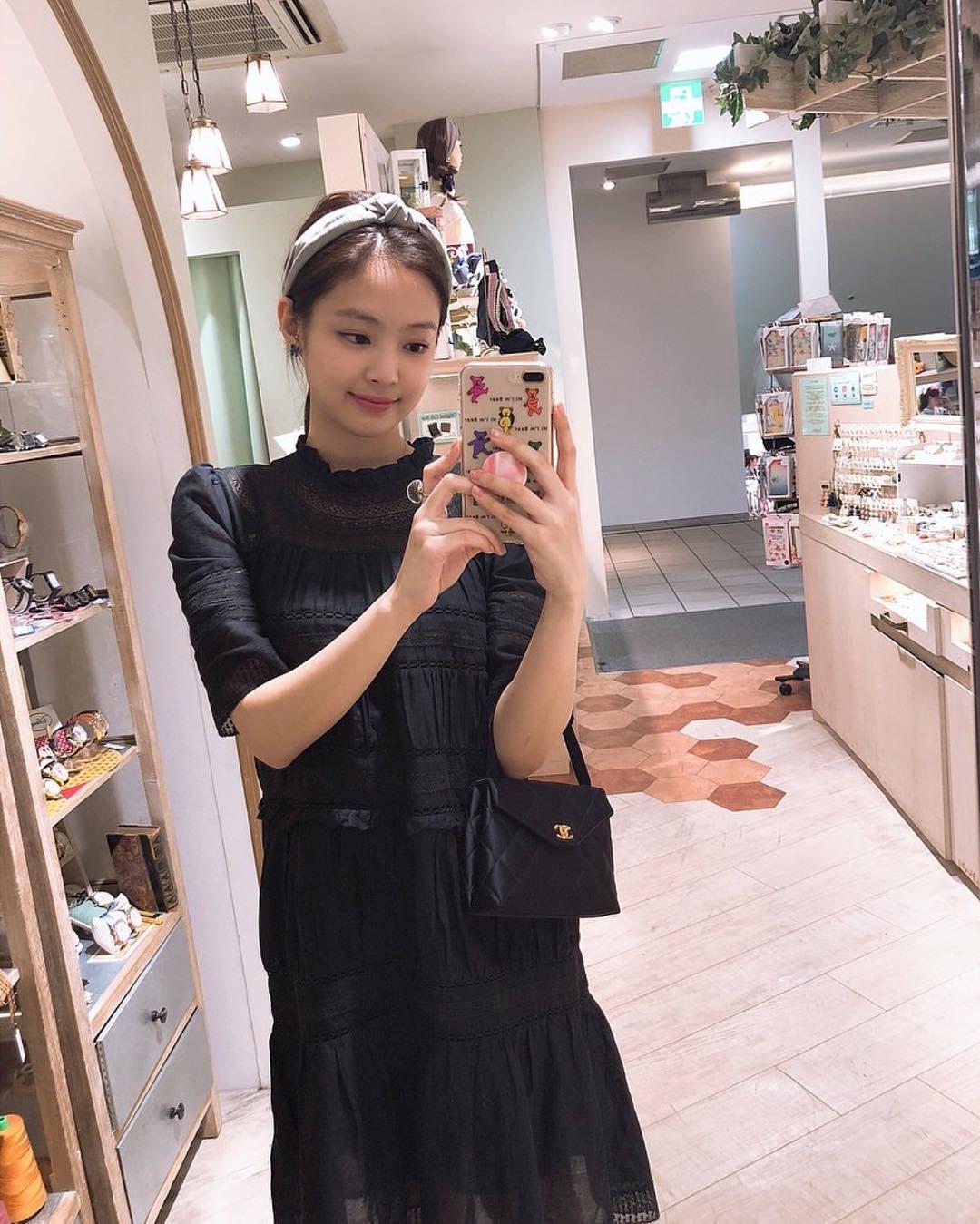 Sao Hàn Jennie mặc đầm đen xách túi Chanel