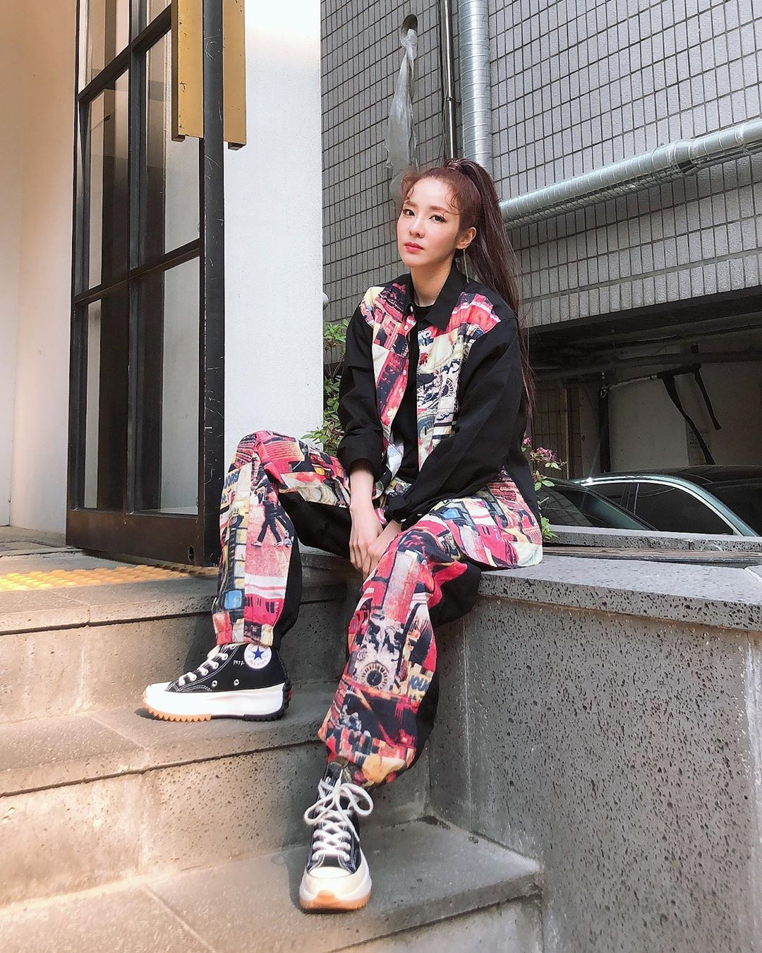 Sao Hàn Dara mặc đồ họa tiết màu sắc, mang giày Converse