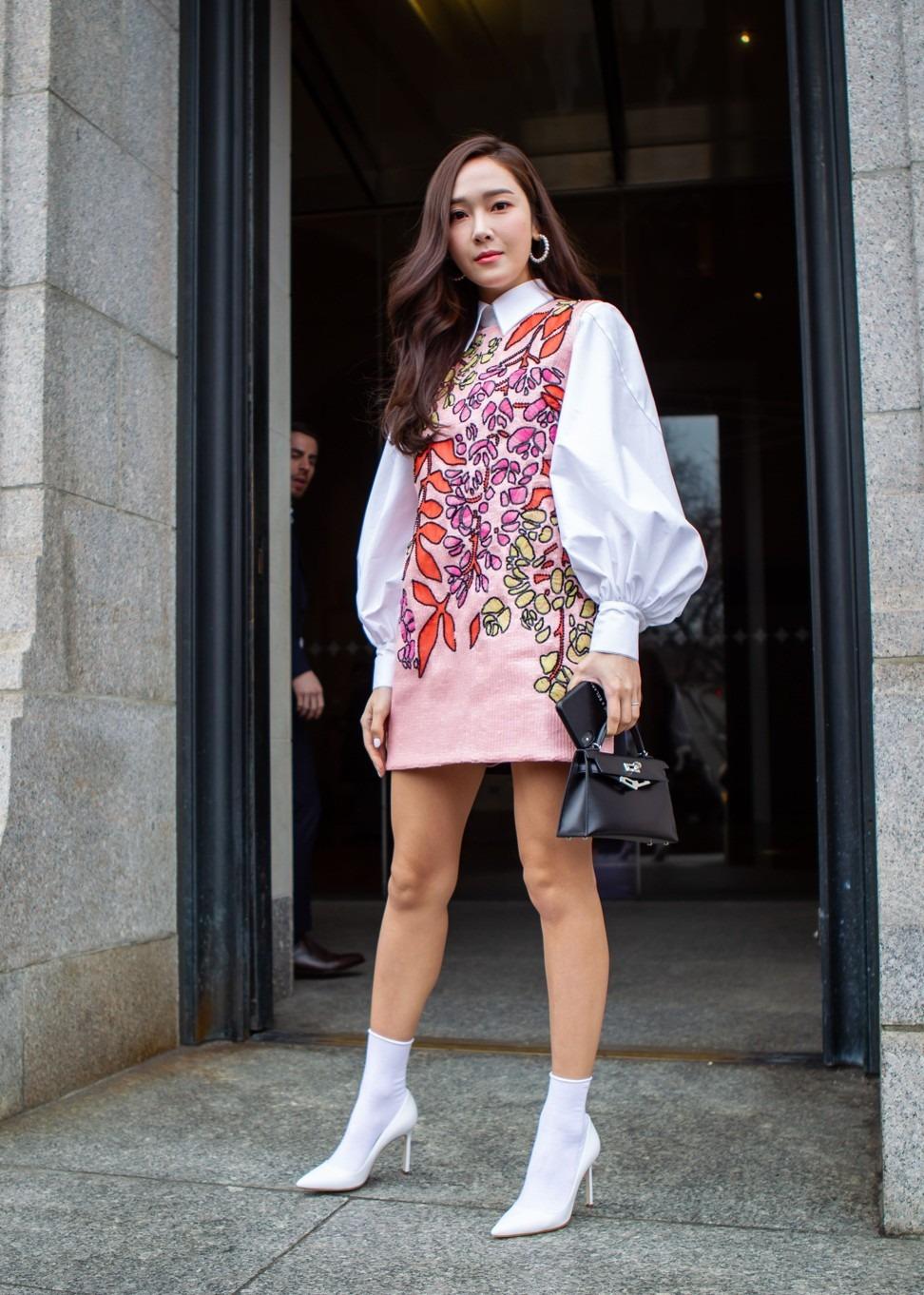 Sao Hàn Jessica Jung mặc đầm hoa tay phồng, mang bốt trắng, xách túi HERMÈS