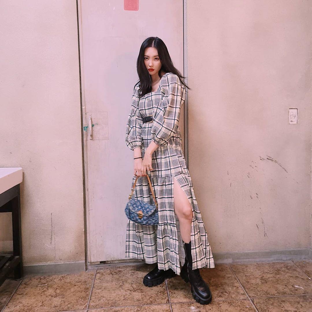 Sao Hàn Sunmi mặc đầm dài kẻ ô và mang giày bốt lửng