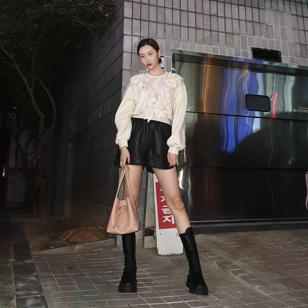 Sao Hàn Sunmi mặc áo sơ mi trắng, quần shorts da và giày bốt lửng