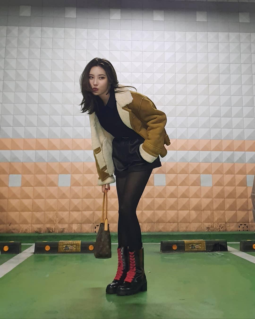 Sao Hàn Sunmi mặc áo khoác da, mang bốt đen Gucci