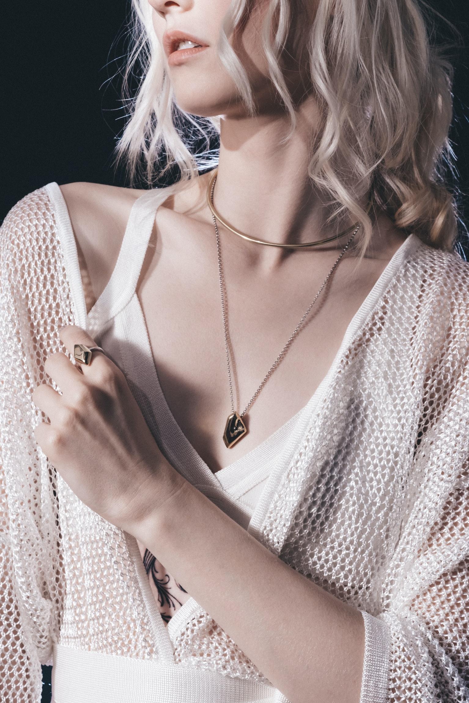 cô gái mặc đẹp với phụ kiện vàng hoa tai dây chuyền nhẫn