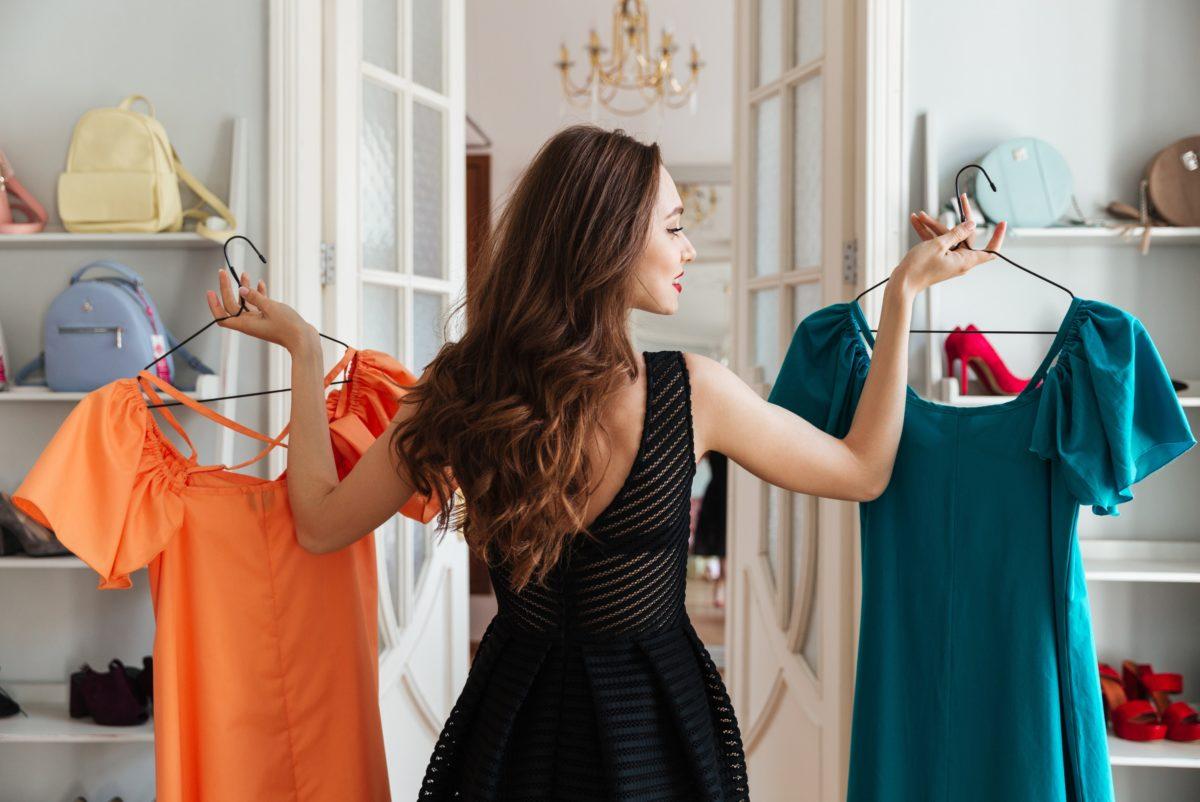 cô gái lựa chọn giữa hai bộ đầm mặc đẹp