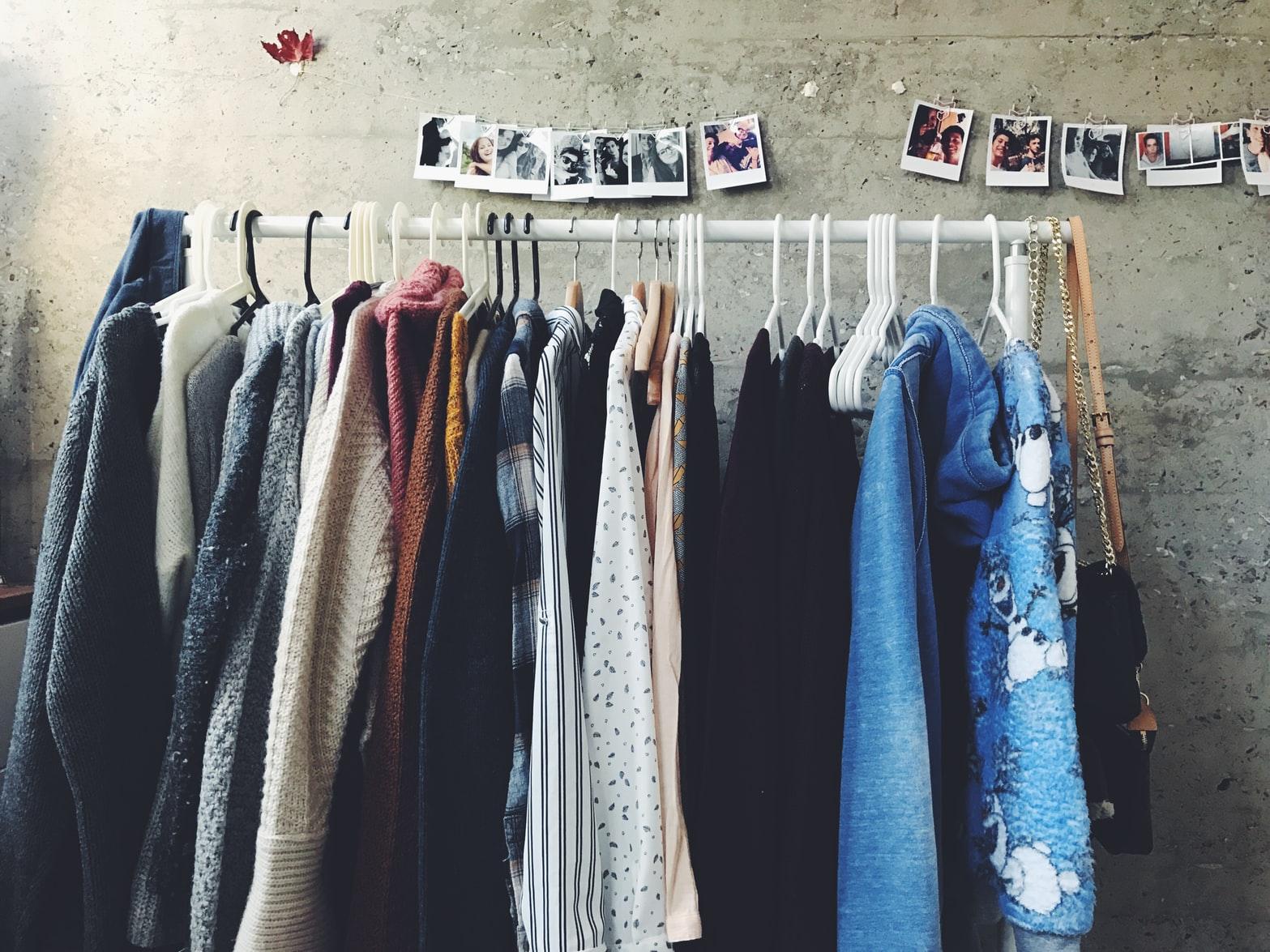 giá treo ngang nhiều loại quần áo unsplash mặc đẹp