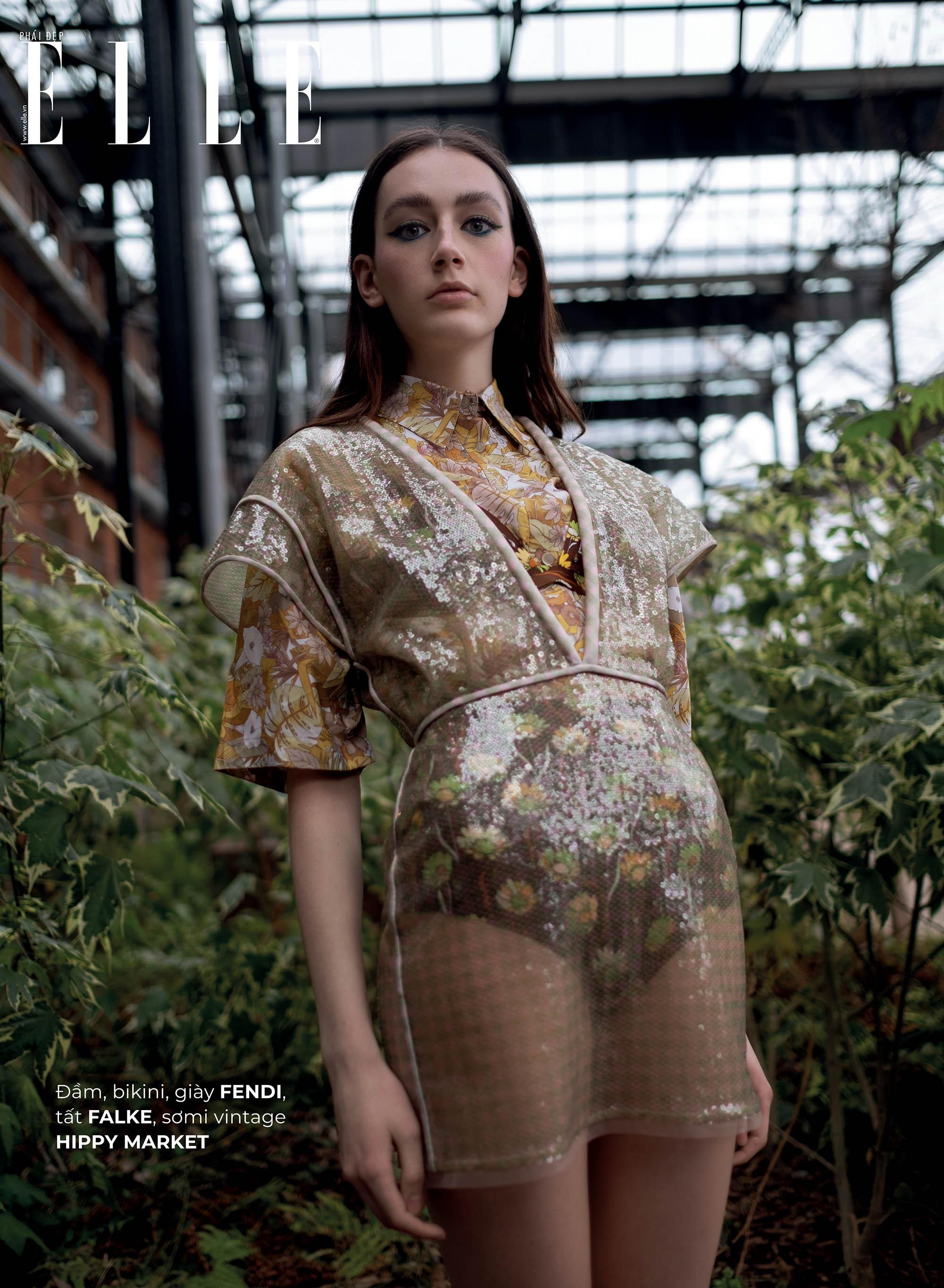 thời trang bền vững trang phục Fendi cô gái đứng trong vườn