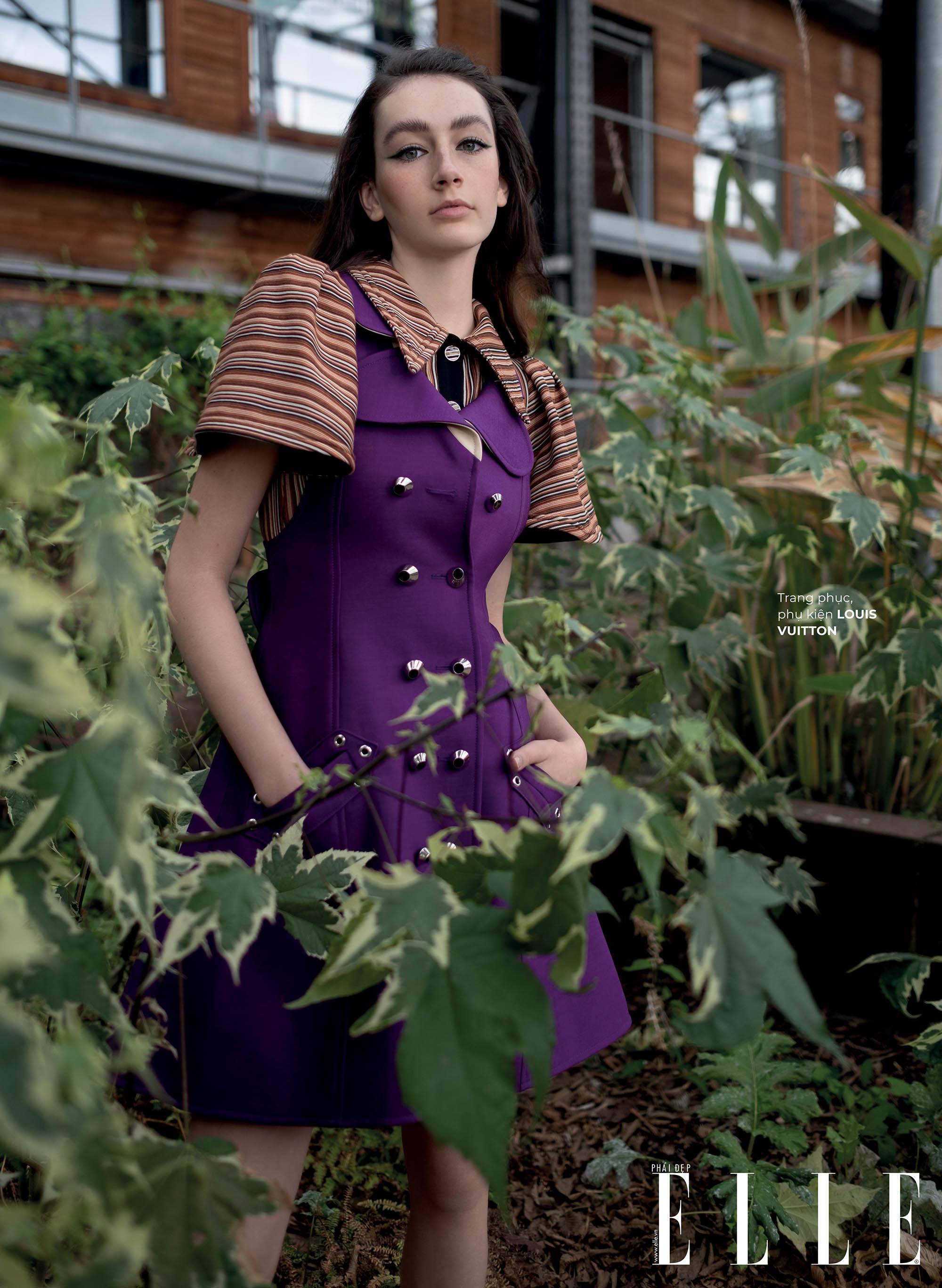 thời trang bền vững trang phục Louis Vuitton cô gái đứng giữa vườn cây