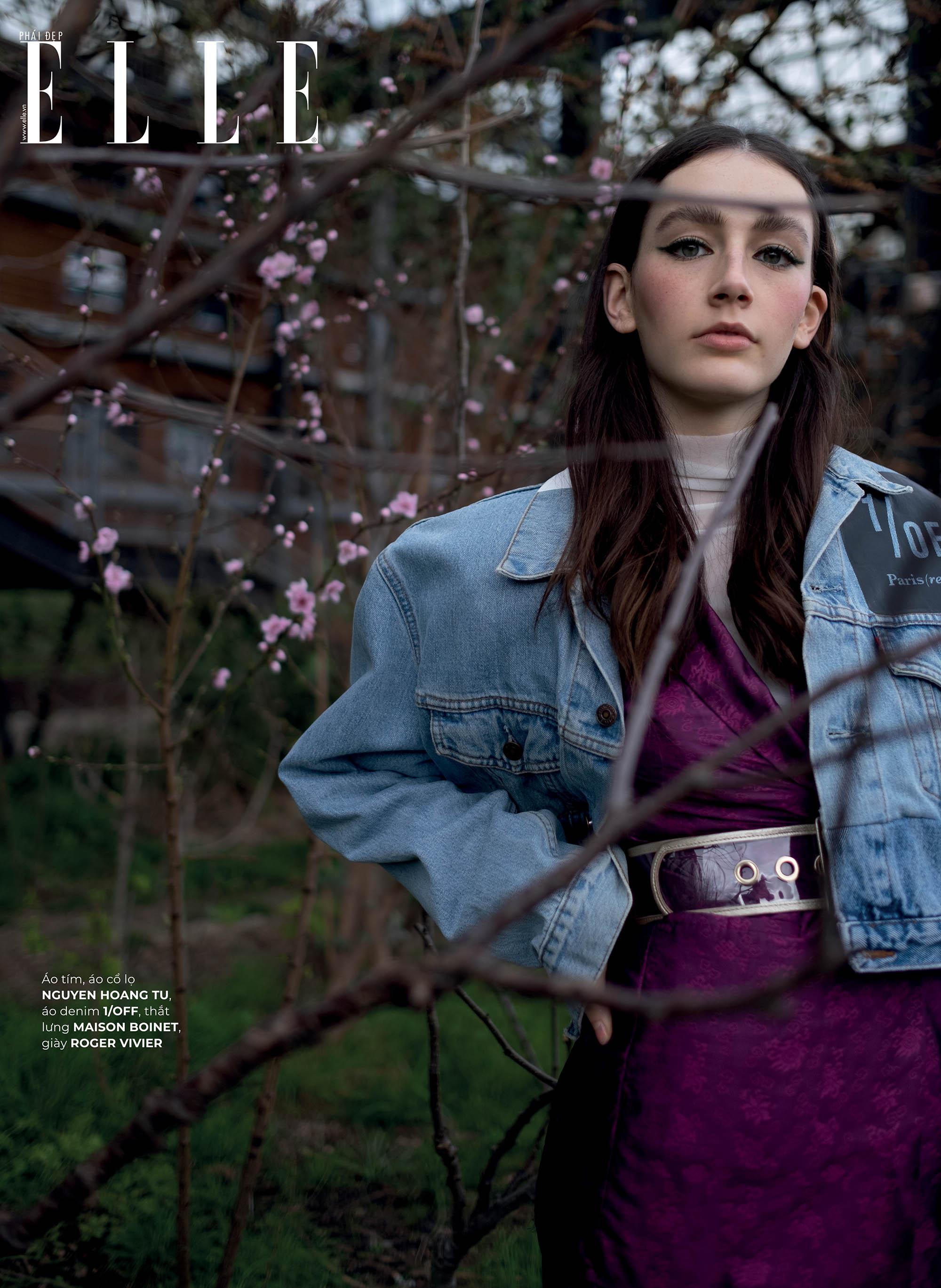 thời trang bền vững trang phục Nguyen Hoàng Tú cô gái đứng giữa vườn hoa