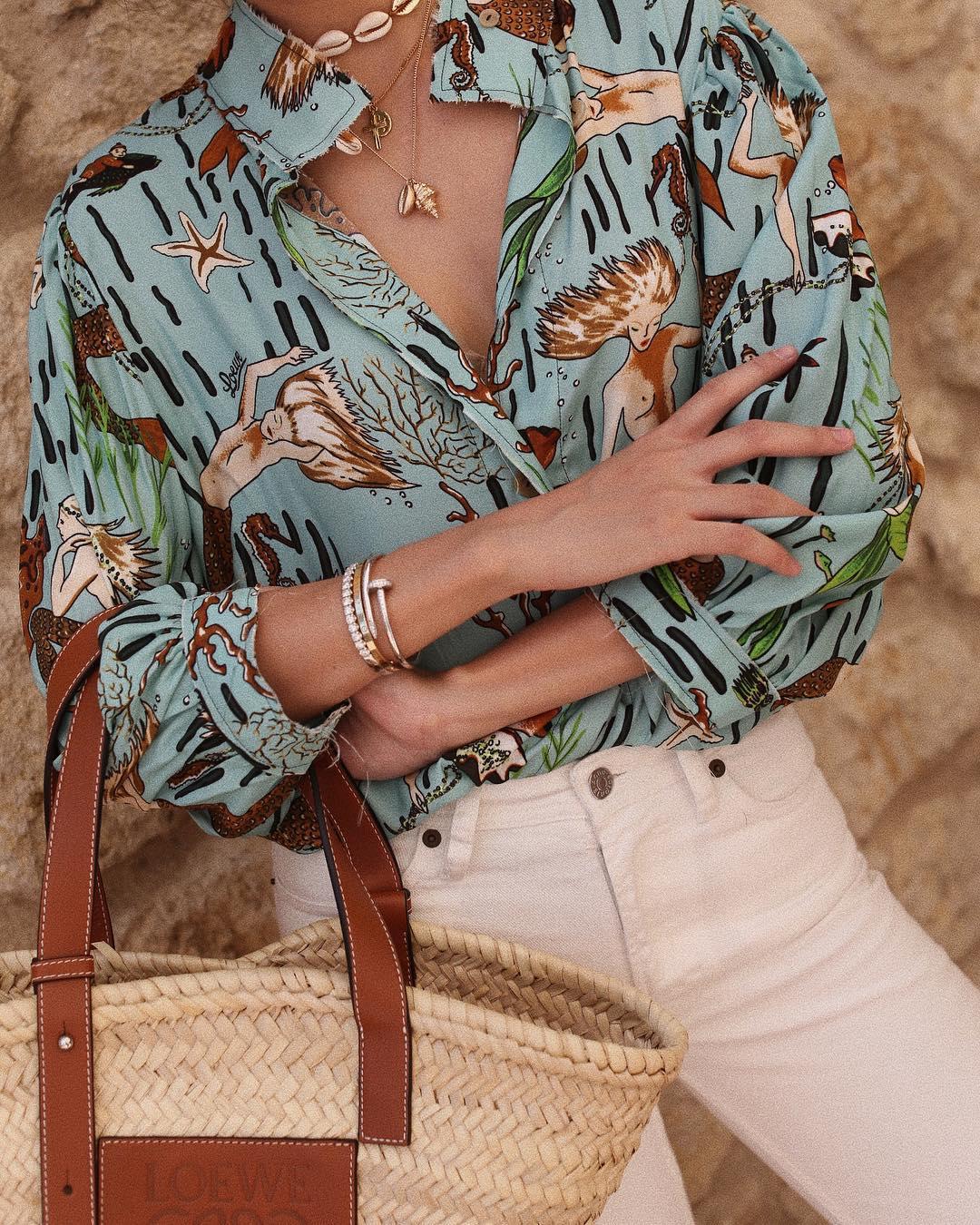 Cô gái mặc áo in họa tiết mùa Hè, đeo vòng tay và dây chuyền vàng