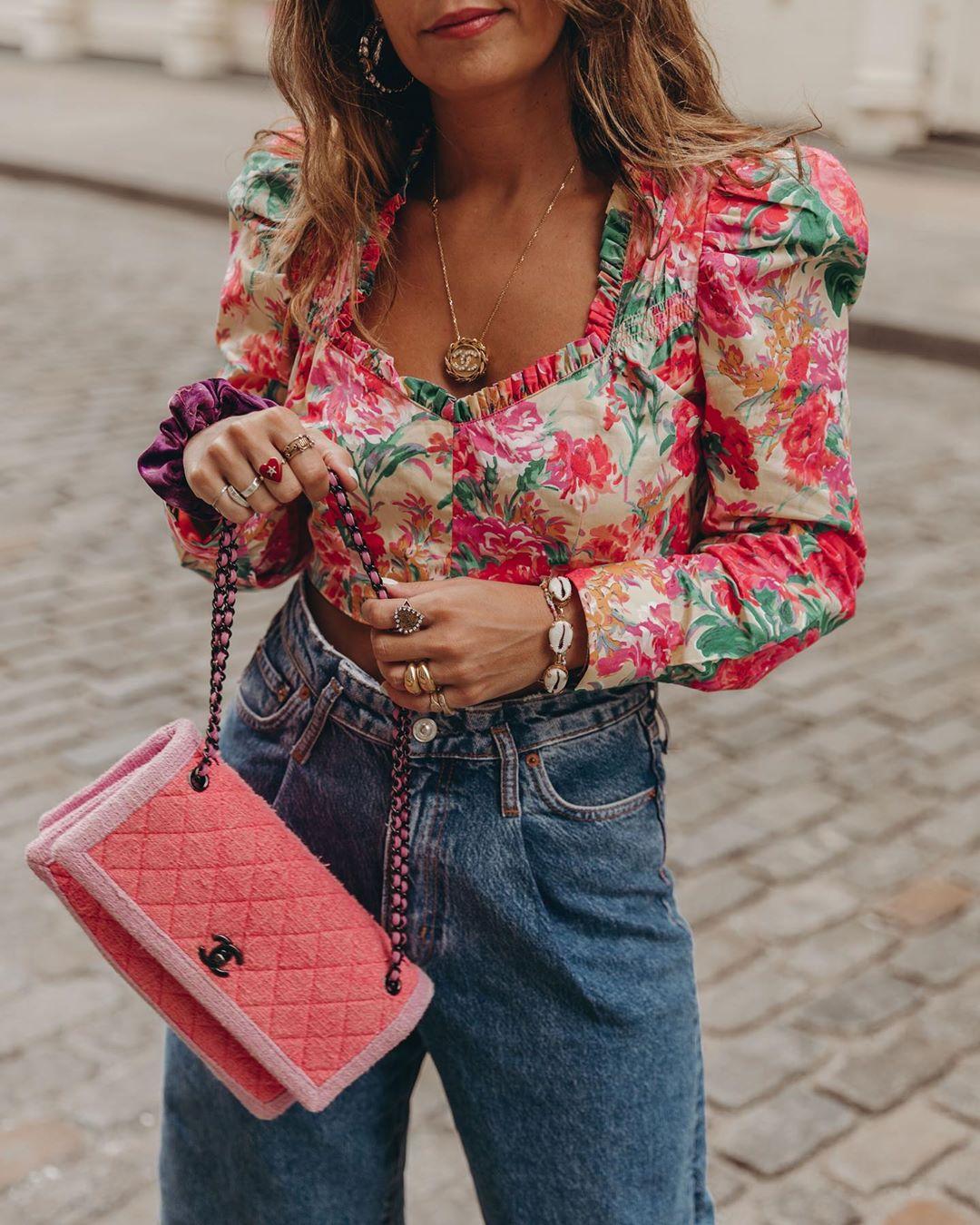 Cô gái mặc áo hoa, quần jeans, đeo vòng tay vỏ sò
