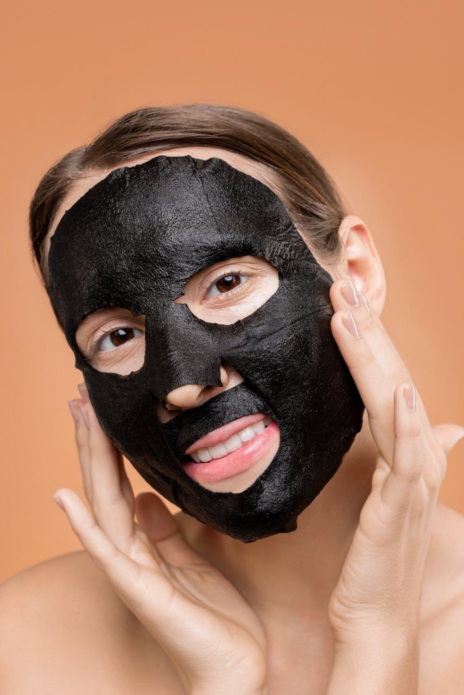 Đắp mặt nạ dưỡng da giúp se khít lỗ chân lông.