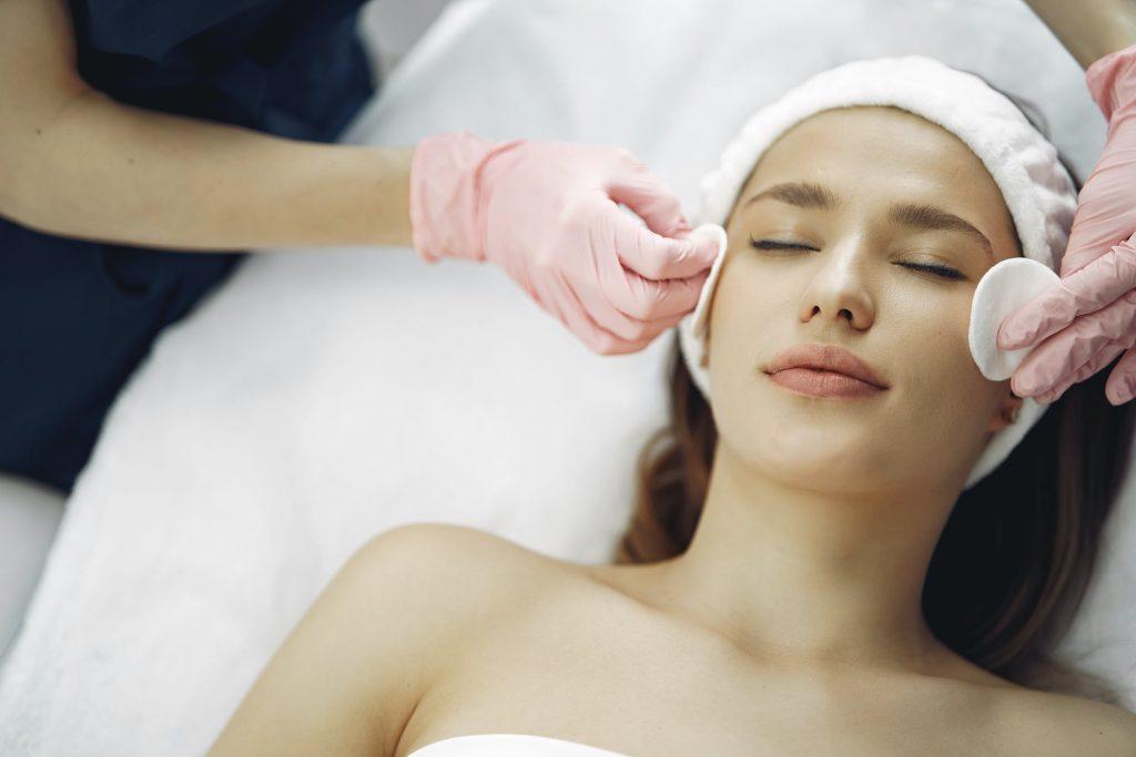 Sử dụng nước hoa hồng làm se khít lỗ chân lông, khắc phục làn da bóng dầu.