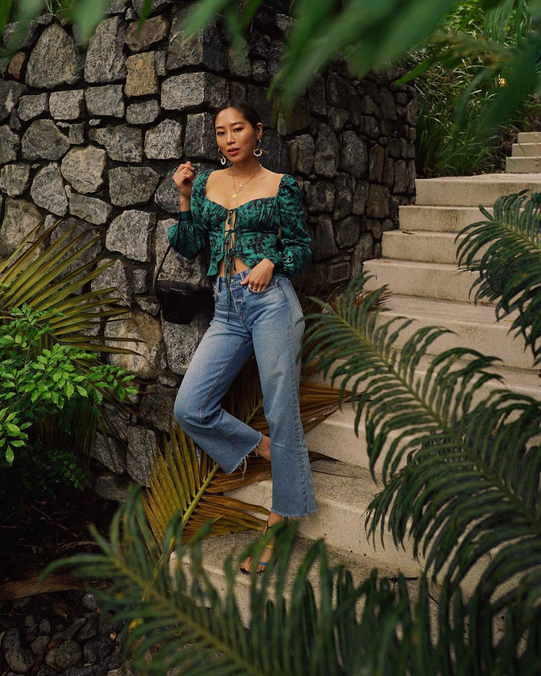 Fashionista Aimee Song mặc quần jeans ống loe và áo in hoa