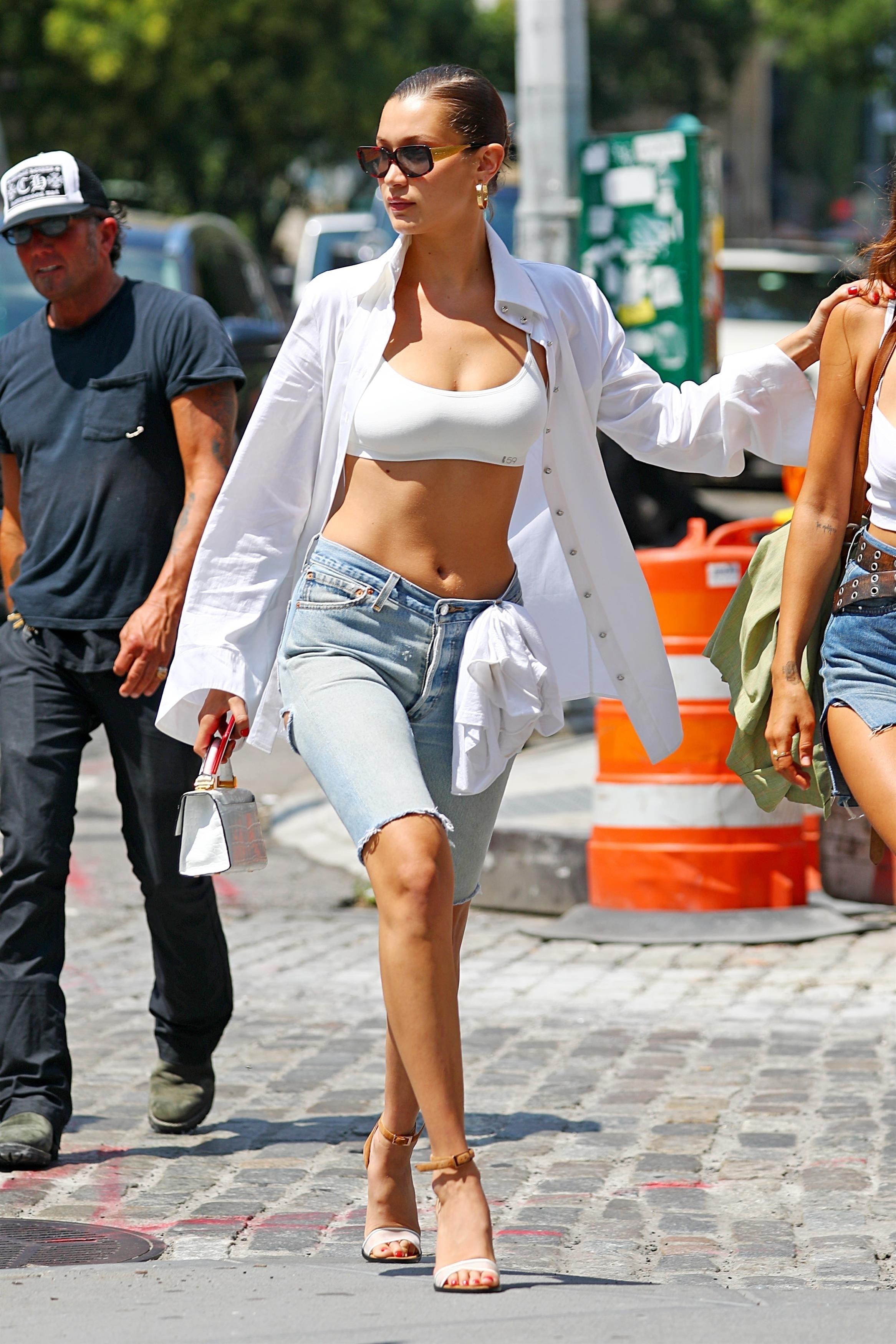 Bella Hadid mặc quần jeans bermuda, và áo bra thể thao